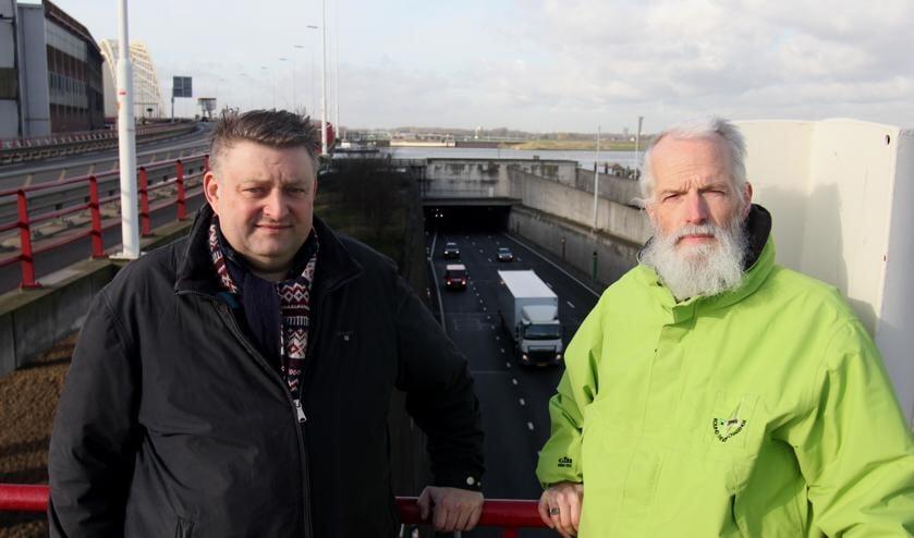 • Ruud Lammers (links) en Willem Schulpen bij de tunnel onder de Noord.