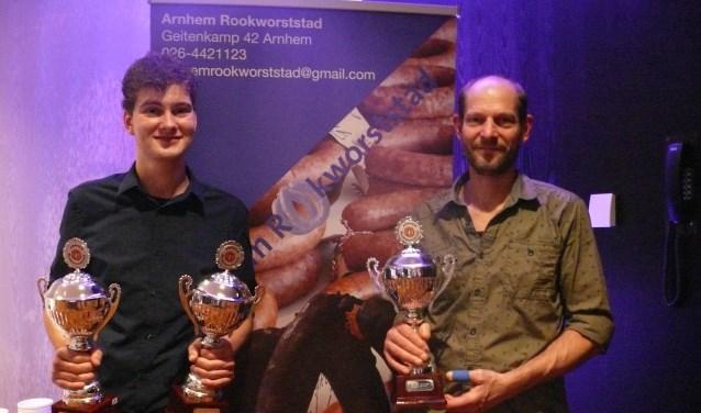 • Roland Schneider en Hans de Goeij met hun drie prijzen.
