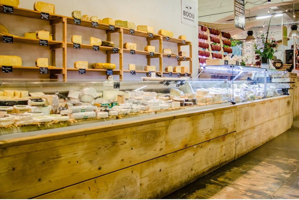 • In de Rotterdamse winkel zijn ook kazen van andere kaasmakers verkrijgbaar. Foto: Aangeleverd © Alblasserwaard