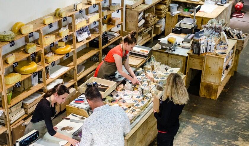 • Rotterdammers kopen kaas in de winkel van Booij in de Fenix Food Factory.