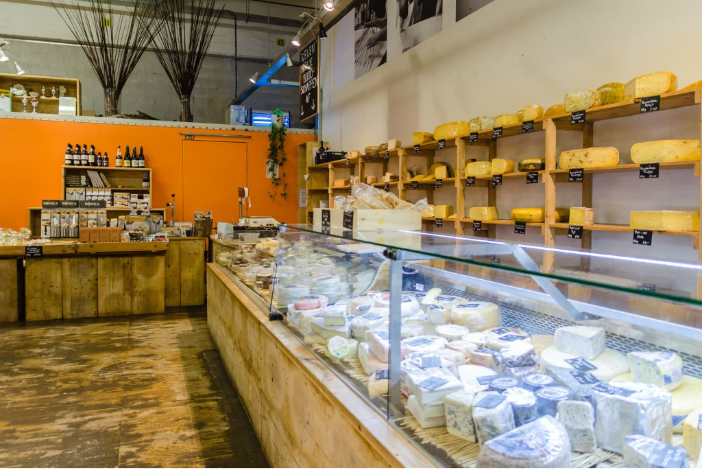 • Voor liefhebbers zijn er regelmatig kaasproeverijen in de Fenix Food Factory. Foto: Aangeleverd © Alblasserwaard