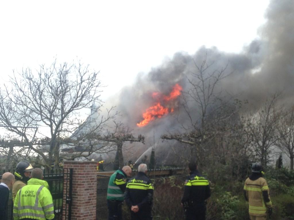 6a1f7333de1 Woonboerderij met rieten kap in brand op de Donk in Brandwijk ...
