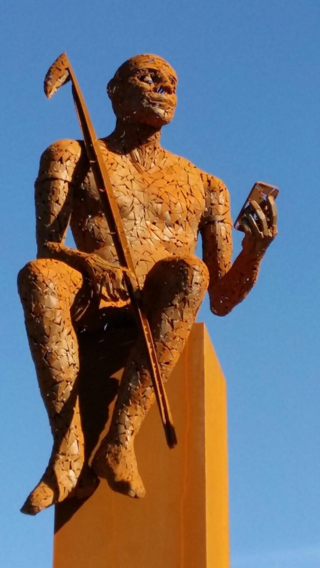 • Het beeld van de jongen met de harpoen op de rotonde bij Krimpen aan de Lek.   © Krimpenerwaard