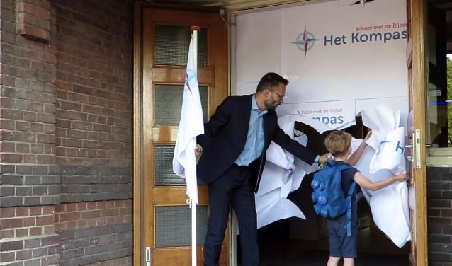 • Wethouder Kraijo en leerling Elian Meijer onthulden het logo.