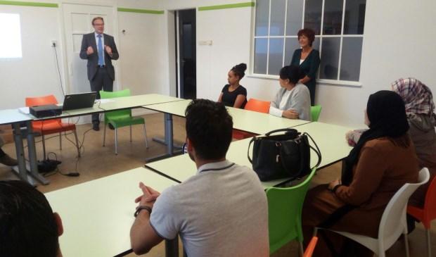 • Wethouder Peter Verheij wenst de deelnemers aan de Entree-klas succes met hun opleiding.