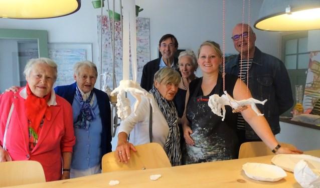 • Gerry Houweling (3e v.l.) en haar vrienden bezoeken Lonneke van Staveren Foolen in atelier 'Mooi Artistiek'.