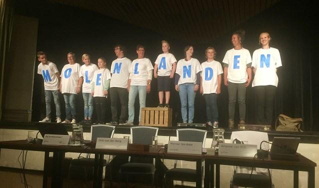 • Inwoners van beide gemeenten maakten de naam bekend door met geprinte shirts in de juiste volgorde te gaan staan. Foto: Bert Bons