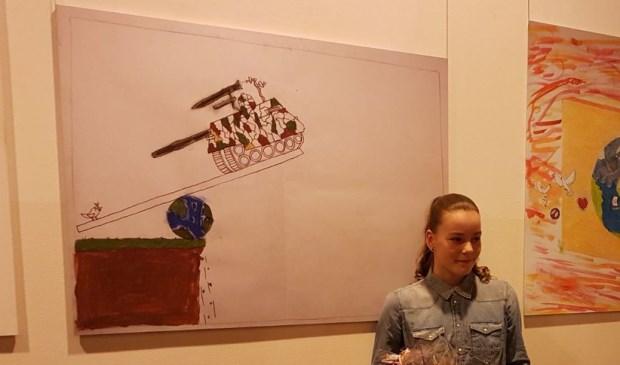 • Senni Duijndam bij haar winnende poster.