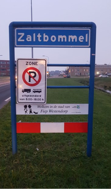 • Onder de blauwe plaatsnaamborden hangt nu een bord met 'Welkom in de stad van Fiep Westendorp'.