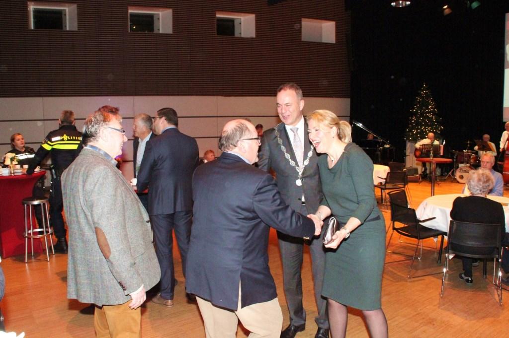 • Hartelijke ontmoetingen tijdens de nieuwjaarsbijeenkomst in Alblasserdam.  Foto: Bert Bons © Klaroen