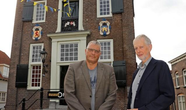 • Bart Toonen en Kees van der Zwart voor het Stadhuis.