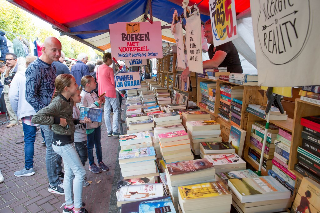 Boeken zoeken. Foto: Marijke Verhoef © Alblasserwaard