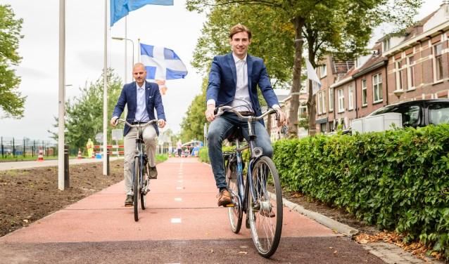 • Anne Koudstaal (rechts) fietst over de eerste PlasticRoad in Zwolle.