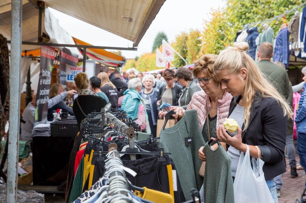 Drukte op de warenmarkt. Foto: Marijke Verhoef © Alblasserwaard