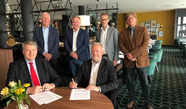 • Wethouder Willem Posthouwer (links vooraan) met het bestuur van het nieuwe ondernemersfonds.