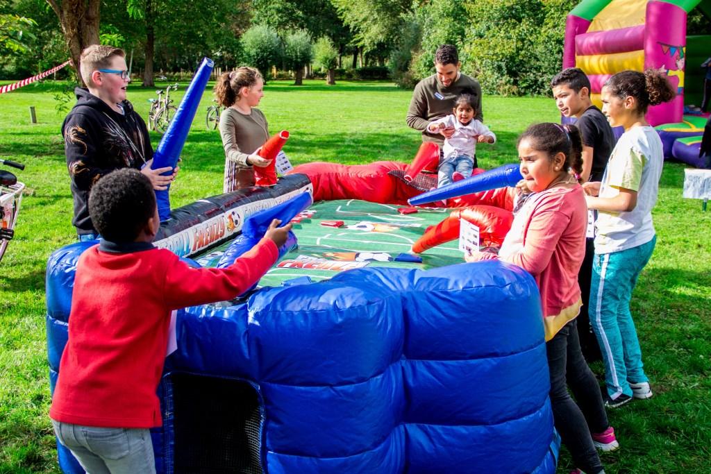 • Het vijfjarig jubileum van Buurtzorg Jong werd onder andere gevierd met een spelletjesmiddag op het grasveld aan de Gisbert Schairtweg. Foto: Julia de Vries © Bommelerwaard