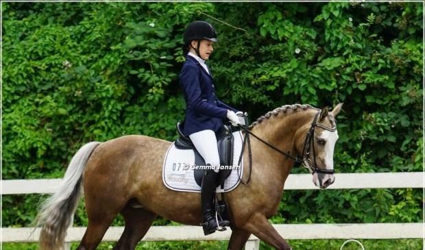• Rosanne van Kessel met haar paard Gaudhy.