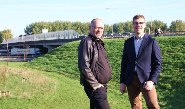 • Marko Stout (links) en Harrold van Vliet bij het viaduct.