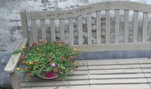 • 'Liefde - gaat u gerust zitten en geniet ervan' staat op het bankje bij Reinekes huis aan de Bloemendaal 14 in Zaltbommel.