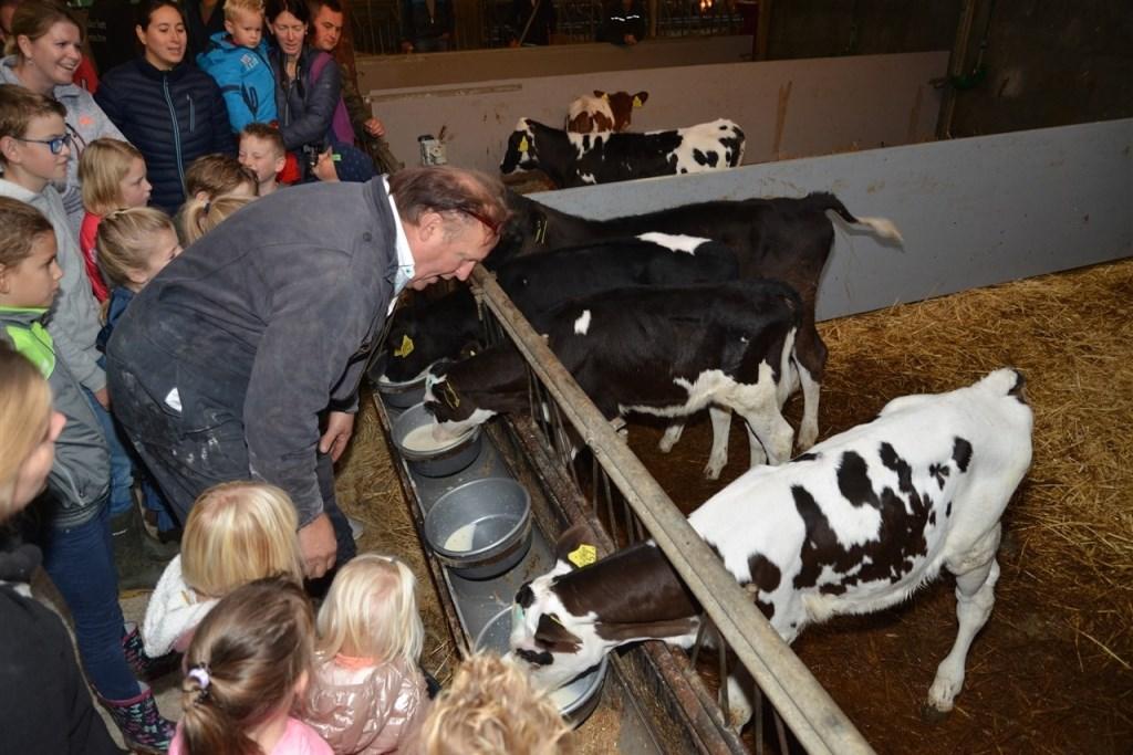 • De kinderen mochten onder leiding van de boer kennis maken met de kalfjes. Foto: Van Zeelst © Bommelerwaard