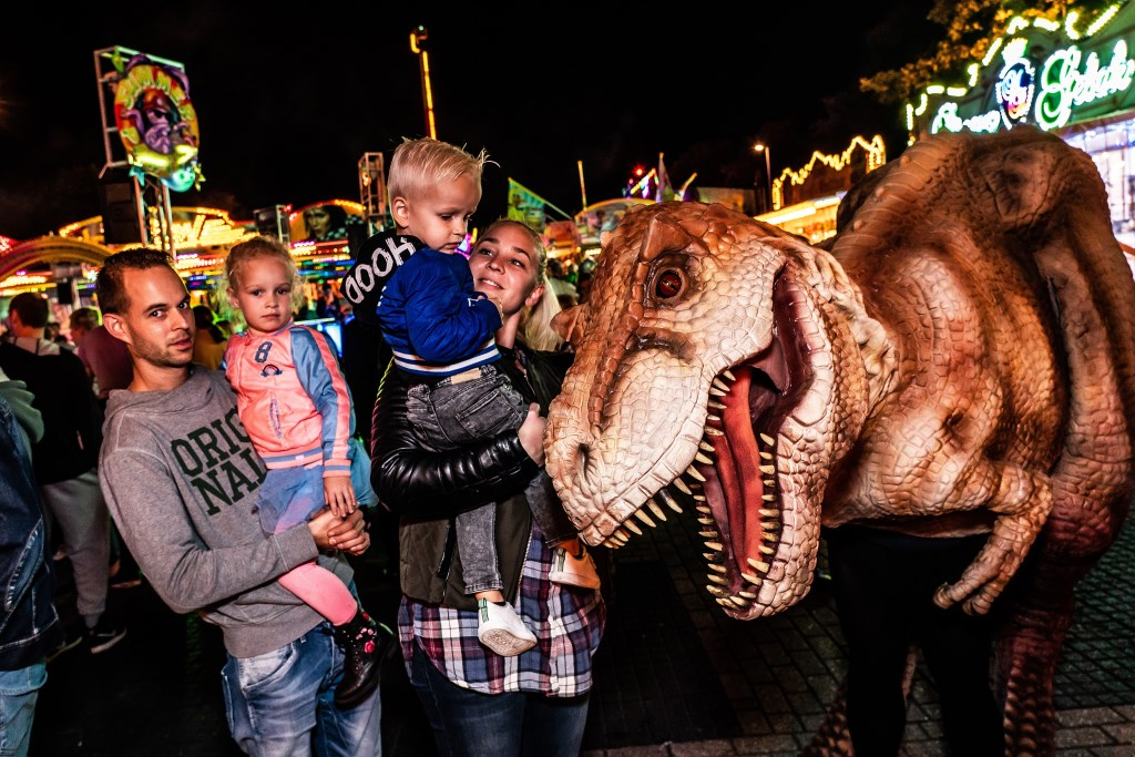 Dino op de Paardenmarktkermis Foto: Nico Van Ganzewinkel © Vianen