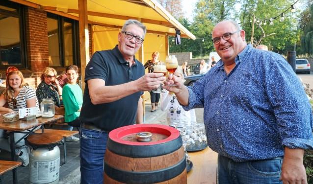 • Wethouder Kees Zondag (l) sloeg het eerste vat aan en proostte samen met Adrie van der Meijden, eigenaar van de Stadsbrouwerij.