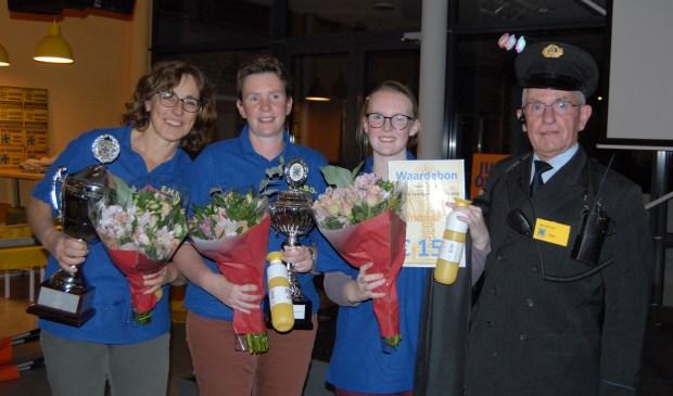 • Het winnende team met v.l.n.r. Hetty van Noord, Janna Burggraaf, Willemijn Burggraaf; en landelijk secretaris B. Stiksma in historische kledij. Foto gemaakt door Pim Zwartjes.
