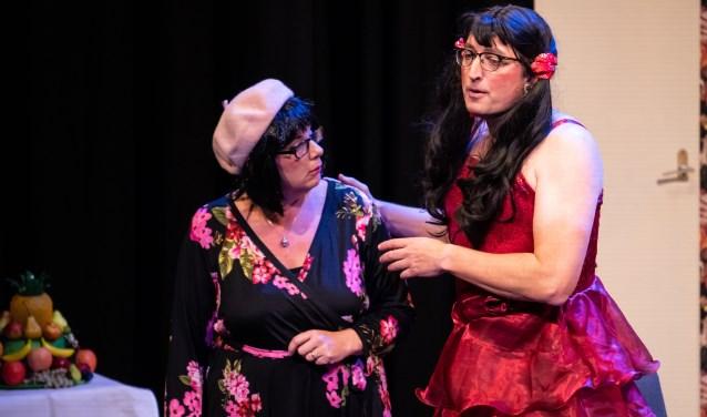 Toneelvereniging Ger Zuiderdorp speelt 'de tante van Charlie' Foto: Nico van Ganzewinkel © Vianen