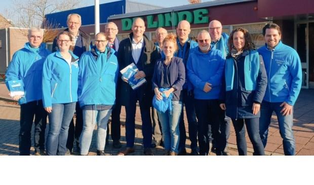 • Gert-Jan Segers en het team van ChristenUnie Vijfheerenlanden voor dorpshuis De Linde in Meerkerk.