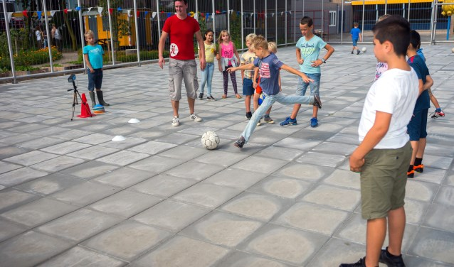 • De voetbalkooi zorgt voor veel speelplezier, maar is ook een plek waar hangjeud samenkomt.