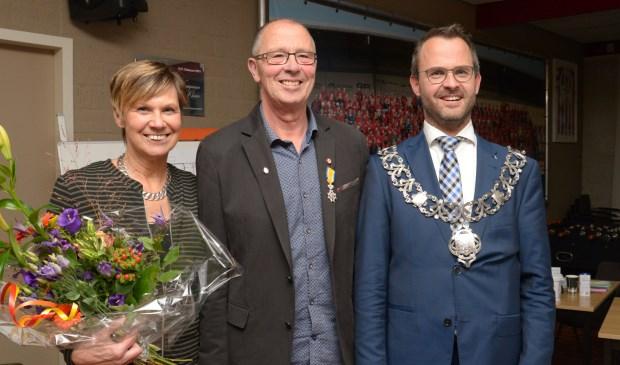 • Ton van Beek met zijn vrouw en burgemeester Laurens de Graaf.