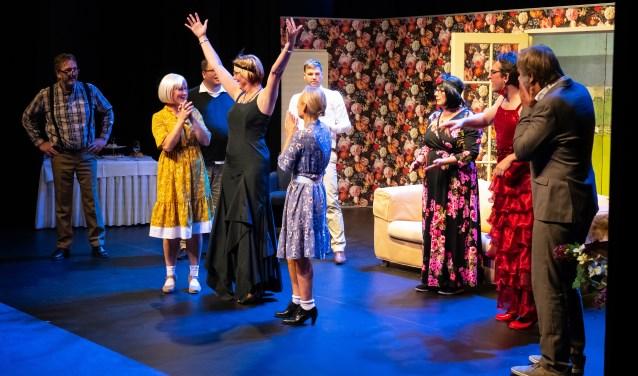 Toneelvereniging Ger Zuiderdorp speelt 'de tante van Charlie'