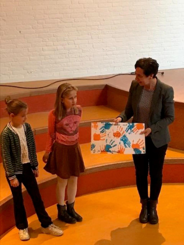 • De cheque werd in ontvangst genomen door Mattie Beens. Foto: aangeleverd © Bommelerwaard