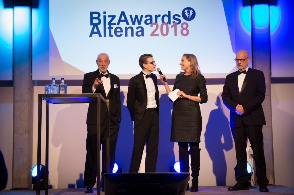 De organisatie: Piet Hartman, Henri Verhagen, Cor Spek met presentatrice Ingrid Adriaanse. Foto: Marijke Verhoef / Het Kontakt © Het Kontakt