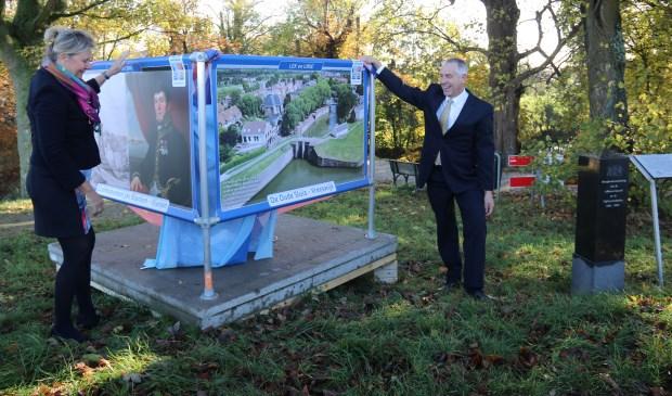 • De Viaanse wethouder Marcel Verweij (r.) en Maryann Glorie-Bermans verrichtten vrijdagmorgen de opening van de tentoonstelling.