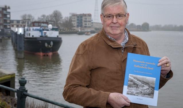 • Piet Mourik met op de achtergrond het havenfront van Ouderkerk aan den IJssel.