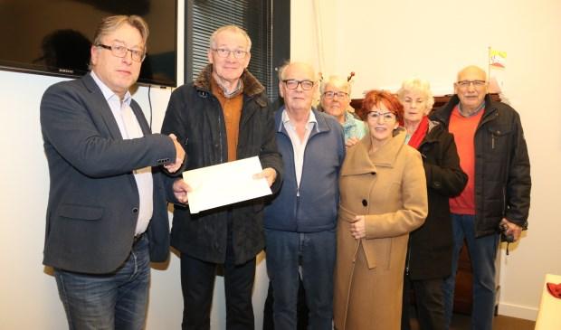 • Wil Ammerlaan overhandigt de enveloppe met handtekeningen aan wethouder Frank Meurs.
