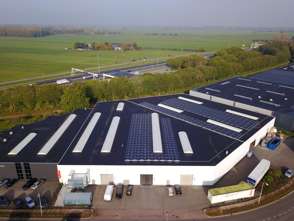 • De zonnepanelen op het dak bij ARTI70.