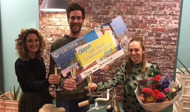 • Jeanine Kant-Vermeulen uit Zuilichem (rechts) kreeg uit handen van eigenaar Jasper Bax van Van Osch Rijwielen (midden) en van Cortina (links) een reischeque voor twee personen naar Ibiza.