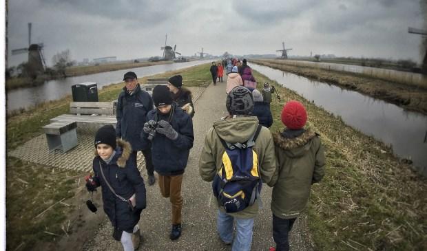 • Toeristen op de Middelkade in Kinderdijk.
