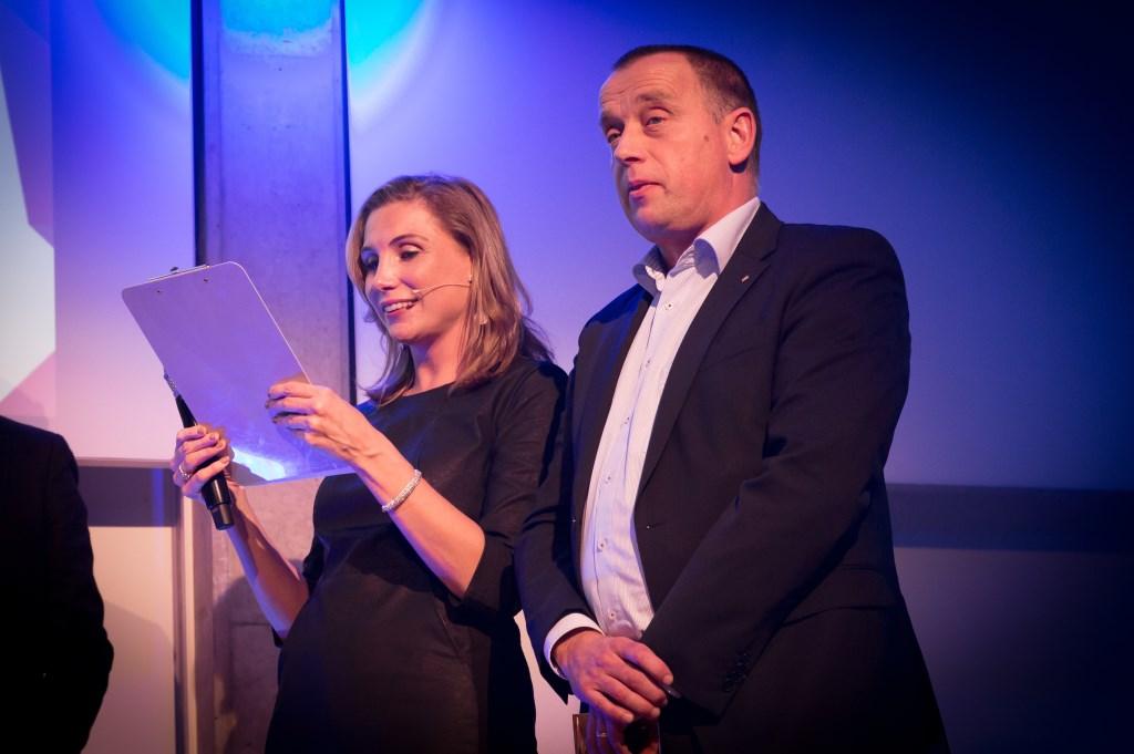 Ingrid Adriaanse leest het jurycommentaar voor, oud-winnaar Joan Hanegraaf mocht de prijzen uitreiken. Foto: Marijke Verhoef / Het Kontakt © Het Kontakt