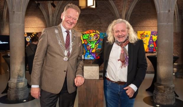 • Kunstenaar Bart Louman met burgemeester Cazemier.