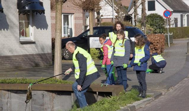 • Vrijwilligers tijdens een schoonmaakactie van de dorpsraad Giessenburg.