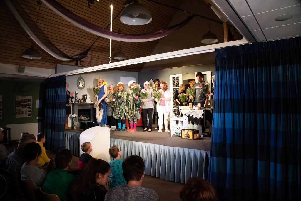 Toneelvereniging Vol Moed speelt Alweer Vals Alarm Foto: Nico van Ganzewinkel © Vianen