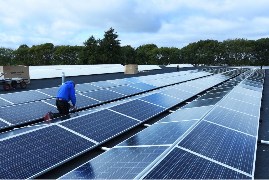 • De zonnepanelen op het dak bij ARTI70.  © Het Kontakt