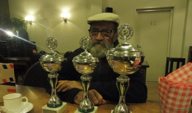 Iedere kleindierenfokker kent Lammert de Vries. Hij won bij Nut & Sport drie bekers voor zijn eenden en lachduif.