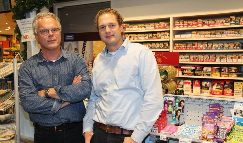• Arnold van Dalen (links) en Wijnand van Es bij de balie waar de overval plaatsvond.