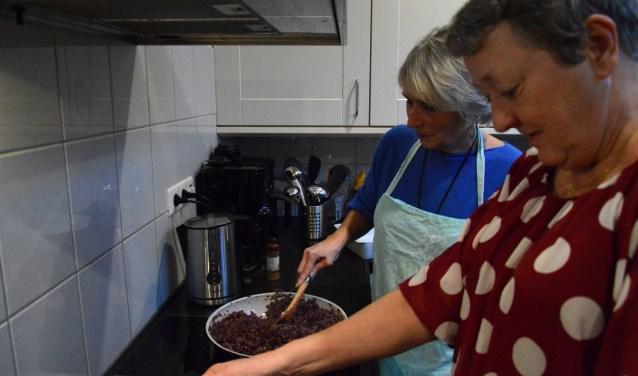 Quinty (achter) en Toos koken met veel plezier voor de bewoners van Tweede Thuis in Altena.