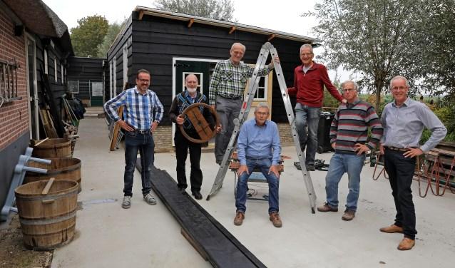 • Het team dat betrokken is bij de herbouw van de kuiperij.
