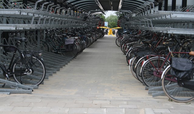 • De fietsenstalling vlak na de opening in 2011. Het bovenste deel blijft vaak onbenut.